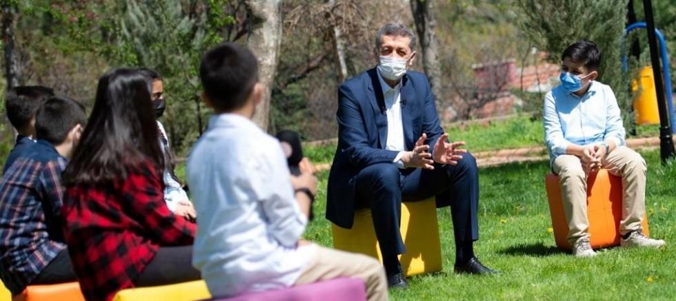 Bakan Selçuk, açık havada çocuklarla buluştu