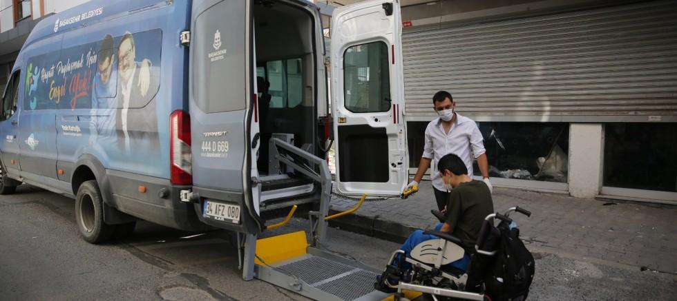 Engelli vatandaşları araçları ile okula ulaştırdı