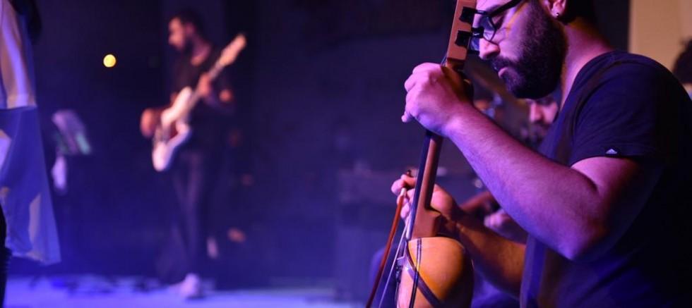 Gençlerden sosyal mesafeli konser