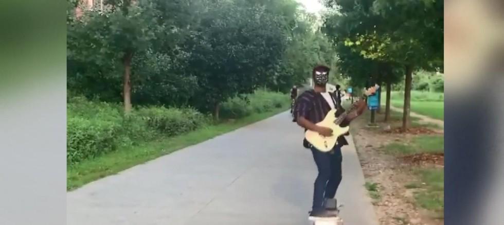 Koronavirüse karşı kaykaylı gitar performansı