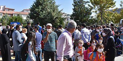 Aksaray'da veliler okul önünde sosyal mesafeyi unuttu